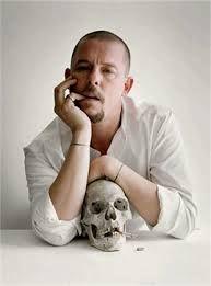 11 de febrero de 2010 Alexander McQueen, se suicida un mito. Apareció ahorcado en su domicilio en Londres.