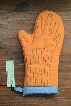 I love orange and I love very much to bake and this hairy monster oven glove makes me laugh.
