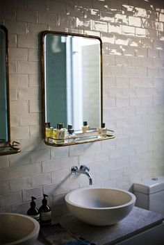 Relooker+la+salle+de+bains+avec+un+miroir+rétro+à+tablette