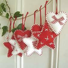 Belles décorations de Noël en feutre et tissu pour décorer votre maison. Le prix est unitaire. Servi dans le lot 3 (deux étoiles et un coeur) Ils peuvent être personnalisés dans les couleurs que vous voulez.