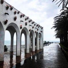 La #lluvia en la costa también tiene su #encanto 💦☔️🌊#BalcóndeEuropa #Nerja #Málaga #paisaje #landscape #rainyday #springtime #reflection…