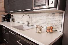 Valkoinen taso ja allas tuovat kontrastia muuten tummiin kalusteisiin. Allas on kestävää ja hygieenista kvartsia, joka hylkii likaa. Välitilassa on kaunis tapetti mitä suojaa lasi. Sink, Kitchen, House, Home Decor, Sink Tops, Vessel Sink, Cooking, Decoration Home, Home