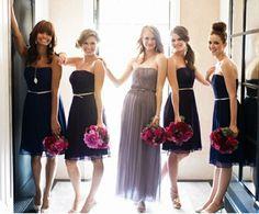 Braut mit grauem Kleid Brautjungfern in Schwarz
