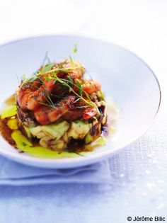 Recette Tartare d'avocats aux crevettes  : Faites sauter les crevettes dans une grande poêle avec 2 c. à soupe d'huile de sésame, salez, poivrez et parsemez ...