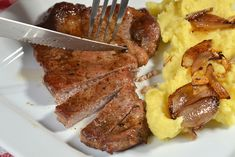 Mashed Potatoes, Meat, Ethnic Recipes, Food, Whipped Potatoes, Smash Potatoes, Essen, Meals, Yemek