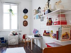 cute kids room with string shelf and colourful details. White Kids Room, String Shelf, 21st Century Homes, Kids Room Furniture, Girls Bedroom, Bedrooms, Scandinavian Home, Home Decor Items, Room Inspiration