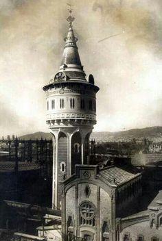La torre de aguas de Catalana de Gas es una torre de estilo modernista obra de Josep Domènech i Estapà, autor de muchas otras construcciones conocidas, como la facultad de Medicina, el museo de la ciencia, el observatorio Fabra o el teatro Poliorama. Data de 1905 y tiene una altura de 45 metros.