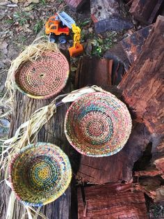 Making & weaving baskets - these sweet ones my daughter made and other options for you — Petalplum Pine Needle Baskets, Woven Baskets, Yarn Crafts, Diy Crafts, Raffia Crafts, Making Baskets, Creative Textiles, Weaving Art, Paper Basket Weaving