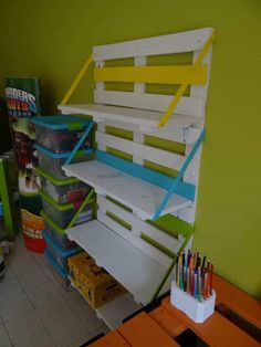 Wooden Pallet Projects Bibliothèque En Palettes / Colored Pallet Bookshelf - Little colored bookshelf made from reclaimed wooden pallets. Wood Crate Shelves, Diy Storage Shelves, Crate Bookshelf, Bookshelves Kids, Crate Storage, Pallet Shelves, Bookshelf Plans, Bookshelf Design, Easy Storage