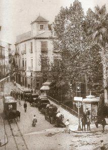 >FOTOGRAFÍAS INÉDITAS DE LA HISTORIA DE ALICANTE (II) | alicantevivotest- Parada de Galeras en la Plaza de la Constitución. Al fondo vemos la Calle Calatrava (hoy Manero Mollá) en e año 1910.