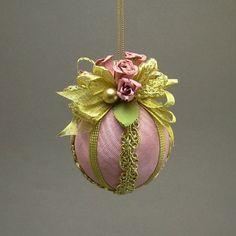 belle ornement pour sapin de Noël - boule à suspendre décorée de tissu rose et rubans de couleur or