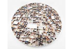 """ロンドン生まれでイギリス、ドイツ、アメリカと幅広く活躍するアーティストMatthew Pictonさんが生み出すマップアートは、帯状の紙を折って区画の""""ピース""""を作って各都市の明細地図を創り出してしまう、とっても細かいペーパースカルプチャーなのです。"""