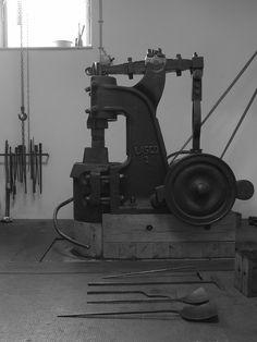 Blacksmith Power Hammer, Blacksmith Shop, Blacksmithing Ideas, Welding Tools, Antique Tools, Wrought Iron, Art Nouveau, Weapons, Workshop