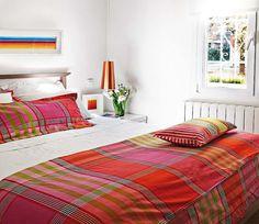 Pequeno notável! Apartamento escandinavo jovial em branco com toques de cores vivas!! A inspiração para paleta da minha sala!