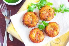 These crispy aloo tikkis Indian Food Recipes, Vegetarian Recipes, Ethnic Recipes, Aloo Tikki Recipe, Potato Dishes, Veggie Dishes, Potato Recipes, Pakistani Dishes, Green Chutney
