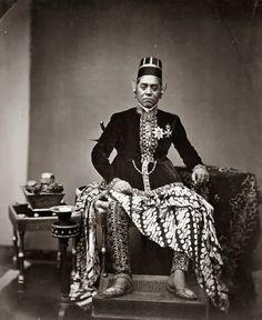 Sultan Hamangkoe Boewono VI ~ Jogjakarta ~ 1855 Hamengkubuwono VI (also spelled Hamengkubuwana VI, 1821 - was the sixth sultan of Yogyakarta, reigning from 1855 to Vintage Pictures, Old Pictures, Old Photos, Modern Kebaya, Indonesian Art, Indonesian Women, Dutch East Indies, Vietnam, Javanese