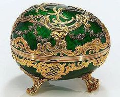 Hack off the legs and make this a mini necklace -- green and gold faberge egg -- Gidget and Riley Fabrege Eggs, La Madone, Faberge Jewelry, Maria Feodorovna, Imperial Russia, Egg Art, Russian Art, Egg Decorating, China Porcelain