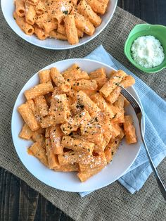 Roasted Red Pepper Rigatoni - creamy, savory-sweet roasted red pepper sauce made with a handful of ingredients and under 20 minutes. Pastas Recipes, Dinner Recipes, Cooking Recipes, Healthy Recipes, Simple Recipes, Eat Healthy, Healthy Drinks, Drink Recipes, Roasted Red Pepper Pasta