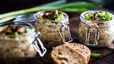 Hříšně dobrá pomazánka z domácích škvarků, s cibulkou a česnekem - Proženy