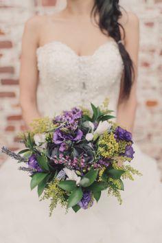 Buquê de noiva lilas ou orquidea radiante: Flores lilases também ficam perfeitas com folhagem!