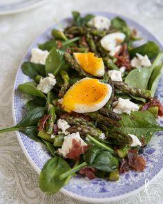 Paahdettu parsa-fetasalaatti | Kokit ja Potit -ruokablogi Soup And Salad, Eating Well, Feel Better, Food Inspiration, Feta, Healthy Recipes, Healthy Food, Salads, Recipies