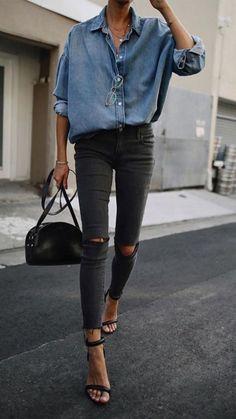O jeans cinza pode ser muito cool. Camisa jenas, calça cinza skinny com rasgo no joelho, sandália de duas tiras