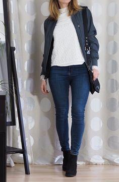 Bomberjacke Spitzenbluse Jeans Chalsea Boots Outfit.jpg