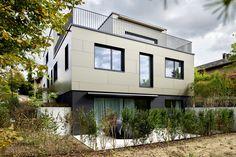 Inspiration - Einfamilienhausreferenz Die klaren Vorstellungen der fachkompetenten Bauherren erleichterten die Kommunikation mit dem Renggli-Architekt. Entstanden ist ein aussergewöhnliches, luxuriöses Gebäude mit seinem modernen kubischen Erscheinungsbild. Lass auch Du dich inspirieren. Dein bautrends.ch - Inspirationsteam. . . #einfamilienhaus #efh #bauen #architektenhaus #neubauhaus #hausbau #hausidee #referenzhaus #bautrends #renggli Style At Home, Modern, Mansions, House Styles, Inspiration, Home Decor, Single Bedroom, Building Homes, Detached House