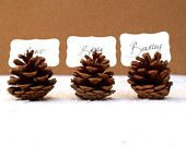 Paikkakortit kävyissä. Rustic Place Cards, Wedding 10 Woodland Seating holder Table Rustic Country Theme Favor Autumn Fall Winter Christmas Brown Wood Masculine. $20.00, via Etsy.