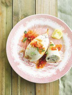 Bereiden: Verwarm de oven voor op 180°. Maak de inktvis schoon, verwijder tentakels, ruggengraat en vel. Spoel goed in koud water en leg te drogen op keukenpapier. Bereid de vulling. Snijd alle groenten zeer fijn. Mix de witte vis. Voeg de fijngesneden ansjovisfilets bij de vis, daarna de lente-ui, peterselie, knoflook en de tapenade.