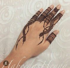 Mehndi is an important part of every Muslim woman's eid look adding to the beauty and grace of hands and feet. If you havent yet finalized your eid mehndi design then I bring to you some of the latest henna patterns to try out this year for bakra eid. Khafif Mehndi Design, Stylish Mehndi Designs, Mehndi Patterns, Unique Mehndi Designs, Mehndi Design Pictures, Beautiful Henna Designs, Beautiful Mehndi, Indian Henna Designs, Finger Henna Designs