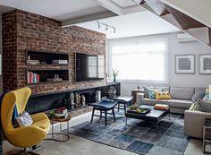 A arquiteta Paula Leonardo, do Studio ML.2, foi responsável pela reforma deste sobrado, que ganhou parede de tijolos Autumn, da Palimanan, para apoiar a TV. O espaço tem ainda nichos com livros e peças de decoração.
