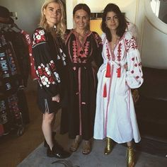 No revival without embroidered folklore tunics, boho blouses and dresses. Fashion Week Paris, Boho Bluse, Estilo Folk, Leandra Medine, Ethno Style, Nice Dresses, Summer Dresses, Anna Dello Russo, Giovanna Battaglia
