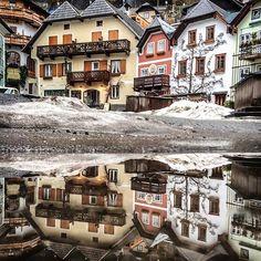 HALLSTATT, AUSTRIA. Rainy day? No problem 😋 #austria #hallstatt #winter #rainy #reflections #fairytail #wonderland