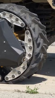 This shape-shifting wheel can transform into a triangular track in just two seconds. Custom Trucks, Custom Cars, Cool Trucks, Cool Cars, Car Gadgets, Technology Gadgets, Futuristic Cars, Vw Touran, Cool Inventions