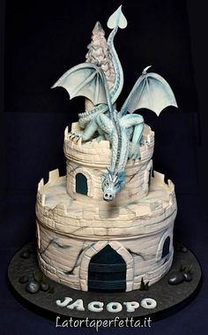 Castle Dragon - Cake by La torta perfetta - CakesDecor Pretty Cakes, Cute Cakes, Beautiful Cakes, Amazing Cakes, Dragon Birthday Cakes, Dragon Cakes, Crazy Cakes, Fancy Cakes, Pink Cakes