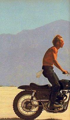 Steve McQueen, on his Triumph Métisse.