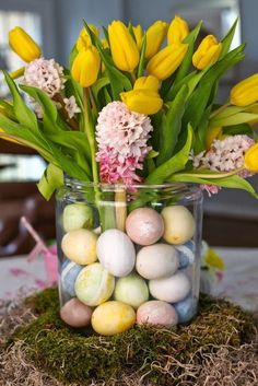 Top 17 Spring Flower Easter Table Centerpieces – April Holiday Home Decor Idea Hoppy Easter, Easter Eggs, Easter Table, Easter Bunny, Diy Ostern, Easter Traditions, Easter Parade, Easter Celebration, Easter Holidays