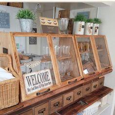 存在感抜群の食器ラック。DIYでもここまでできるんです。大きさも申し分ないし、プレートやステッカーを追加する事で、よりオリジナリティが出ます。ブライワックスで塗装しているので、「大人の木」という質感に仕上がっているのもポイント。 Bakery Shop Interior, Bakery Shop Design, Diy Interior, Cafe Design, Interior Design, Coffee Shop Aesthetic, Bakery Display, Kitchen Decor, Cabinet