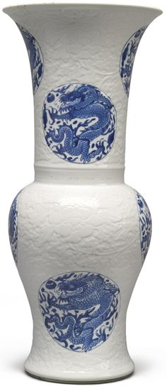 A BLUE AND WHITE MOLDED YENYEN VASE QING DYNASTY, KANGXI PERIOD Estimación  6,000 — 8,000  USD Sothebys