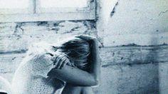 Poema inédito de Alice Coelho  Escondo-me  Na penumbra apetecida  Torneio os sorrisos opacos  Enterro as mentiras secretas  Encolho-me na noite escura  E espero que me encontres  Na saudade e na loucura    Escondo-me  Entre registos copiados e decalcados  Entre vozes ouvidas e desvanecidas  Entre beijos sentidos e