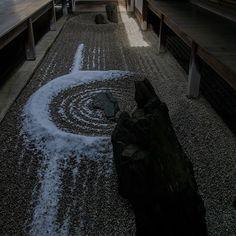 龍源院の雪景色 (龍源院としては位置情報出ないですね)  東滴壷(とうてきこ) 日本最小の石庭 屋根と屋根の隙間から降った雪と砂紋が美しいです  #京都#kyoto#kyotojapan#japan #instagramjapan#ig_kyoto#ig_japan #loves_kyoto#loves_japan #龍源院#ryogenin  #大徳寺#daitokuji #大徳寺塔頭  #東滴壷 #庭園 #雪#雪景色#京都雪景色  #kyotophoto#α77ii #wu_japan  #広がり同盟  #写真好きな人と繋がりたい  #写真撮ってる人と繋がりたい