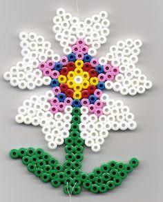 Blume Bügelperlen Flower  perler beads http://mistertrufa.net/librecreacion/culturarte/?p=12