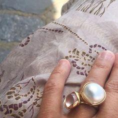 A rose quartz and a silky pearl. Get inspired for beautiful summer styles #summerlook #lotuscollection #18k #gold #lotusrings #rosequartz #pearl #charlottelynggaard #olelynggaardcopenhagen #olelynggaard #RG @charlottelynggaard_dk