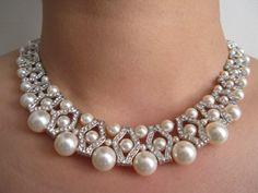 Cet élégant et accrocheur collier a gorgeous Ivoire Swarovski perles et intercalaires strass. Il a des perles de différentes tailles. Le collier