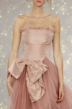 Dusty Pink - Luisa Beccaria 2006 spring V Fashion Details, Love Fashion, High Fashion, Fashion Design, Fashion Hair, Fashion Spring, Fashion Trends, Luisa Beccaria, Beautiful Gowns