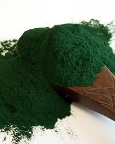 24 Best Benefits Of Spirulina For Skin, Hair And Health (Best Skin Foods) Be Natural, Natural Healing, Natural Skin, Natural Wood, Healthy Tips, Healthy Skin, Spirulina Powder, Green Smoothie Recipes, Smoothies
