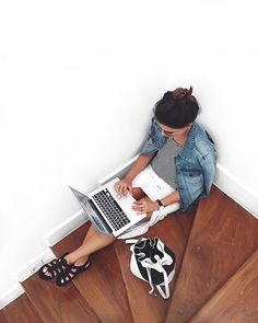 workaholic, work, jeans, gray, t-shirt, blusa, camisa jeans, Black and White, preto e branco , fashion, moda, bag, bolsa, stairs, escada shopcarolfarina.com.br/