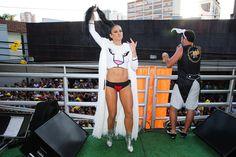 Alinne Rosa impressiona com barriga supersarada em bloco em São Paulo