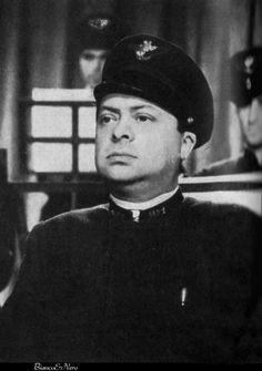 Aldo Fabrizi è Cesare, il bigliettaio aspirante tranviere in Avanti C'è Posto (1942) regia di Mario Bonnard